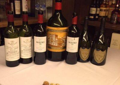 Exposición de botellas vino Mauro en mesa