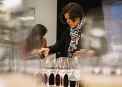 Sumiller Mª José Jurado preparando cata de vino